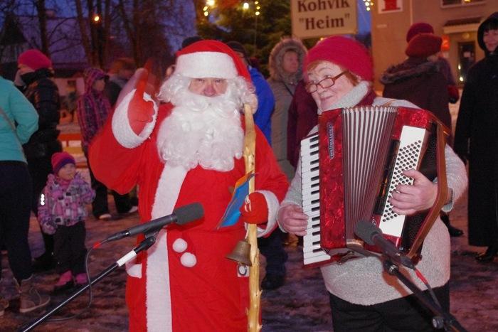 I advendiküünla süütamine, Jõuluvanad saabuvad linna